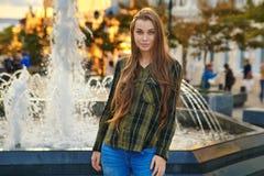 Junges Mädchen am Brunnen Stockbild