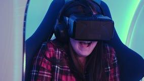 Junges Mädchen, das über Gerät der virtuellen Realität schaut und furchtsam sich fühlt Lizenzfreie Stockbilder