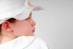 Junges Mädchen, das über Schulter schaut Lizenzfreies Stockfoto