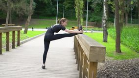 Junges Mädchen, das Übungen ausdehnend tut Aufwärmen vor der Ausbildung Langsame Bewegung stock footage