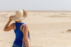 Junges Mädchen, das Abstand in Sahara Desert, Tunesien, Afrika untersucht lizenzfreies stockfoto