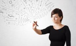 Junges Mädchen, das abstrakte Linien zeichnet und skteching Stockfoto