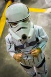 Junges Mädchen, das als Stormtrooper cosplaying ist Lizenzfreie Stockfotos