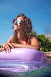Junges Mädchen, das auf adriatischem Wasser ein Sonnenbad nimmt Stockbild