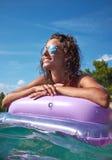 Junges Mädchen, das auf adriatischem Wasser ein Sonnenbad nimmt stockfotografie