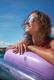Junges Mädchen, das auf adriatischem Wasser ein Sonnenbad nimmt lizenzfreie stockbilder