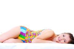 Junges Mädchen, das auf Bett liegt Stockbild