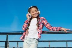 Junges Mädchen, das auf Brücke steht Musikfreund Glückliche Kindheit Genießen von Melodie Moderner Blick Musik als Lieblingshobby lizenzfreie stockbilder