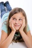 Junges Mädchen, das oben schaut Stockfotos