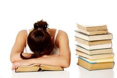 Junges Mädchen, das auf dem Buch schläft. Stockfotografie
