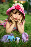 Junges Mädchen, das auf dem Gras, halten Haupt in den Händen liegt an Stockfotos