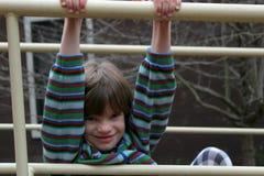 Junges Mädchen, das auf dem Spielplatz spielt Stockbilder