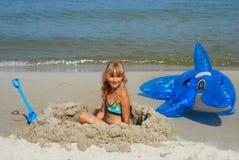 Junges Mädchen, das auf dem Strand spielt Lizenzfreies Stockfoto