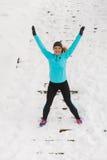Junges Mädchen, das auf den Schnee springt Stockfotos