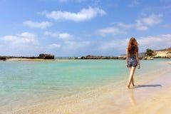 Junges Mädchen, das auf den Strand geht Lizenzfreies Stockbild