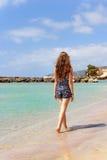 Junges Mädchen, das auf den Strand geht Lizenzfreie Stockbilder