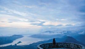 Junges Mädchen, das auf der Aussichtsplattform im Hochgebirge steht Stockfotos