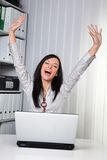 Junges Mädchen, das auf einem Computer zujubelt Lizenzfreies Stockbild