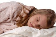 Junges Mädchen, das auf einem weichen weißen Kissen schläft Lizenzfreie Stockbilder