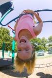Junges Mädchen, das auf Fallhammerstäben am Park spielt Stockfotografie