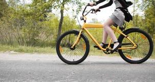 Junges Mädchen, das auf kundenspezifisches Fahrrad einen Kreislauf durchmacht Lizenzfreies Stockfoto