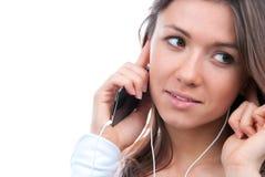 Junges Mädchen, das auf Mobile hört und spricht Lizenzfreie Stockfotografie