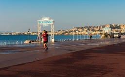 Junges Mädchen, das auf Promenade des Anglais in Nizza rüttelt Lizenzfreie Stockfotos