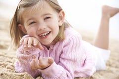 Junges Mädchen, das auf Strand sich entspannt Lizenzfreies Stockbild