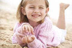 Junges Mädchen, das auf Strand sich entspannt Stockfotos