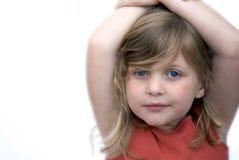 Junges Mädchen, das auf weißem Hintergrund lächelt Stockbild