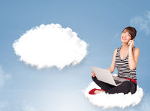Junges Mädchen, das auf Wolke sitzt und an abstraktes Sprache bubb denkt Lizenzfreies Stockfoto