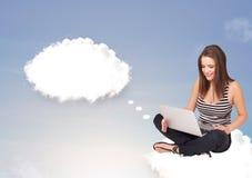 Junges Mädchen, das auf Wolke sitzt und an abstraktes Sprache bubb denkt Lizenzfreies Stockbild