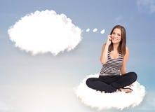 Junges Mädchen, das auf Wolke sitzt und an abstraktes Sprache bubb denkt Stockfotografie
