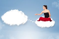 Junges Mädchen, das auf Wolke sitzt und an abstraktes Sprache bubb denkt Stockbild