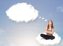 Junges Mädchen, das auf Wolke sitzt und an abstraktes Sprache bubb denkt Stockbilder