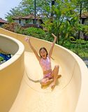 Junges Mädchen, das das Plättchen am Swimmingpool hinuntergeht Stockbilder