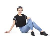 Junges Mädchen, das in den Jeans aufwirft Stockfotografie