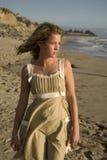 Junges Mädchen, das den Ozean betrachtet Lizenzfreie Stockfotografie