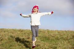 Junges Mädchen, das in den Park läuft Lizenzfreie Stockfotos