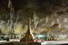 Junges Mädchen, das in der Meditation in Sadan-Höhle, Myanmar sitzt Ansicht von Lizenzfreie Stockfotos