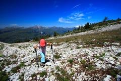 Junges Mädchen, das in die Alpen geht Stockfotografie