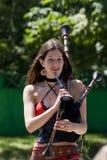 Junges Mädchen, das die Bagpipes spielt lizenzfreies stockfoto