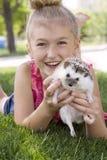 Junges Mädchen, das draußen ein Haustierigeles hält lizenzfreie stockfotos