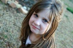 Junges Mädchen, das draußen lächelt Stockfotos