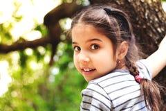 Junges Mädchen, das draußen spielt stockfoto