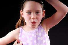 Junges Mädchen, das dumm fungiert Stockfotografie