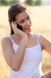Junges Mädchen, das durch Telefon benennt Lizenzfreies Stockbild