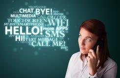 Junges Mädchen, das durch Telefon mit Wortwolke nennt Lizenzfreies Stockbild