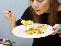 Junges Mädchen, das durcheinandergemischte Eier isst lizenzfreie stockbilder
