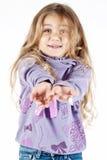 Junges Mädchen, das ein Geschenk wartet Stockfotografie